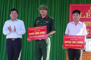Ban Dân vận Tỉnh ủy tặng quà các hộ dân bị thiệt hại do lũ lụt