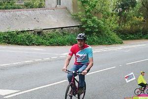 Câu chuyện đằng sau người đàn ông đi gần 340km bằng xe đạp trẻ em