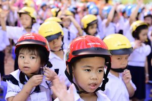 Thực hiện mục tiêu 80% trẻ em đội mũ bảo hiểm