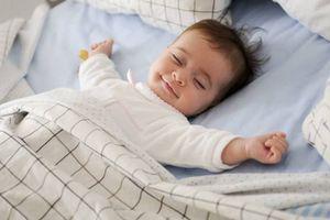 Mẹ chớ cho bé ngủ kiểu này kẻo mắc bệnh viêm đường hô hấp