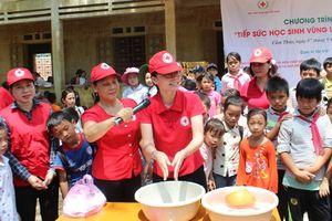 Trung ương Hội Chữ thập đỏ Việt Nam tặng 600 suất quà cho các em học sinh vùng lũ huyện Cẩm Thủy