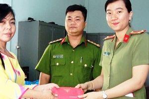 Nữ Trung úy Công an trao trả lại tài sản cho người đánh rơi
