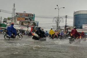 Đường ở Thủ Đức ngập nặng, tạo trũng nước sâu sau mưa lớn