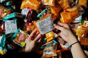 Thu giữ lô hàng bánh trung thu siêu rẻ không hạn sử dụng tại Hà Nội