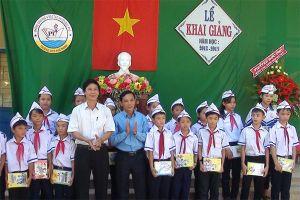 LĐLĐ tỉnh Quảng Ngãi: Trao vở đến với học sinh nghèo hiếu học