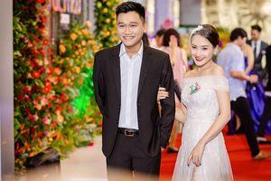 Bảo Thanh tình tứ bên 'Mr Cần Trô' trên thảm đỏ VTV Awards