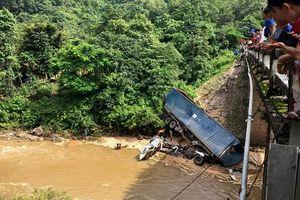 Quảng Trị: Xe tải lao xuống suối, tài xế bị thương nặng