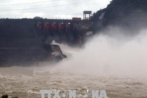 Hồ Hòa Bình và hồ Sơn La đóng 1 cửa xả đáy
