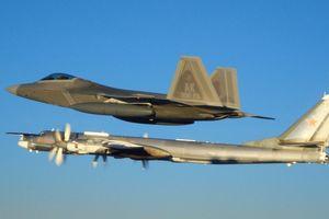 Hai tiêm kích F-22 của Mỹ chặn 'Gấu' Tu-95 của Nga gần Alaska