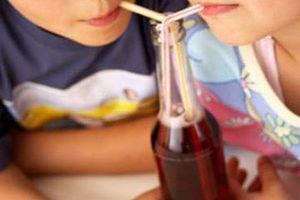 Trẻ sẽ ra sao nếu thường xuyên uống nước ngọt có gas?