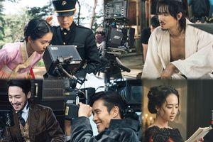Ảnh hậu trường hiếm hoi của Lee Byung Hun, Kim Tae Ri và Yoo Yeon Seok trong 'Mr. Sunshine'