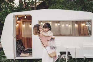 Bộ ảnh mẹ và con gái lãng mạn ở trang trại