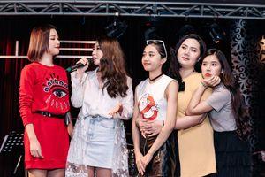 Hoàng Oanh vui vẻ đón tuổi mới bên cạnh nhóm 'Ngựa Hoang'