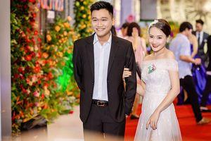 Mr Cần Trô diện vest - tình tứ cùng Bảo Thanh công phá thảm đỏ VTV Awards