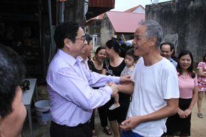 Trưởng Ban Tổ chức Trung ương Phạm Minh Chính thăm, tặng quà nhân dân vùng lũ tỉnh Thanh Hóa