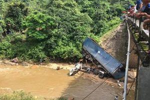 Xe tải lao xuống vực sâu 12m, tài xế bị thương nặng