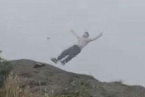 Cô gái trẻ gieo mình tự tử từ đỉnh núi, du khách sốc nặng