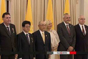 Nhà vua Thái Lan khen thưởng nhóm cứu hộ đội bóng thiếu niên