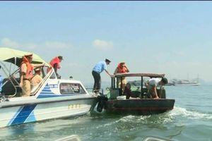 Dẹp thuyền bán hàng rong trên vịnh Hạ Long: Thu giữ, đốt hàng trăm thuyền