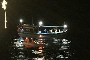 Cứu 8 thuyền viên gặp nạn tại vùng đánh bắt chung Việt Nam và Trung Quốc