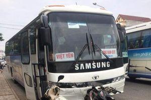 Xe chở công nhân Samsung tông đuôi xe máy, 3 mẹ con bị thương nặng
