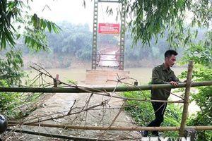 Vụ học sinh leo thang tre qua cầu chờ sập: Chính quyền lập chốt chặn
