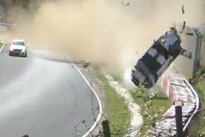 Clip: Porsche trượt bánh, lộn cả chục vòng giữa đường đua
