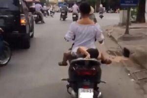 Clip mẹ chở con nằm ngửa trên yên xe máy khiến người đi đường thót tim