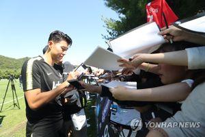 Ronaldo Hàn Quốc - Son Heung-min thu hút hàng nghìn fan nữ trong buổi tập của đội tuyển