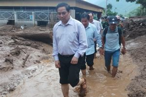 Trưởng ban Tổ chức Trung ương lội bùn về thăm vùng lũ Mường Lát