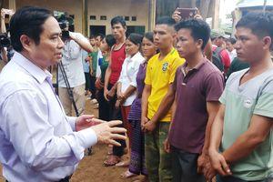 Trưởng ban Tổ chức Trung ương lội bùn, thăm hỏi dân vùng lũ Thanh Hóa
