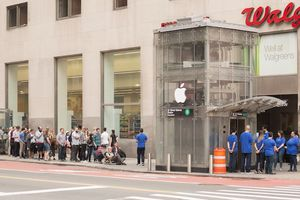 iPhone mới chưa ra mắt, dân buôn VN đã tuyển quân xếp hàng