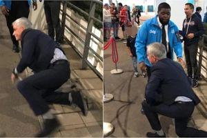 Hài hước: Mourinho 'ngã sấp mặt' bên ngoài sân Wembley