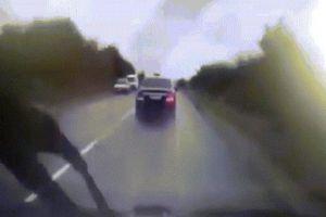 Video xe tổng thống Moldova bị xe tải húc kinh hoàng