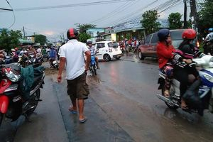 Hai thanh niên bị nước mưa cuốn xuống cống, 1 người chết