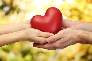 Những cách đơn giản dạy con lòng nhân hậu