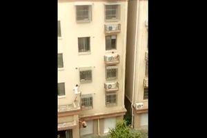2 'người hùng' tay không trèo 4 tầng nhà giải cứu em bé mắc kẹt tại Trung Quốc