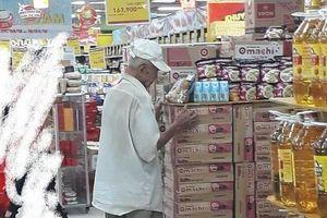 Xót lòng hình ảnh ông cụ mua cơm đại hạ giá 10 nghìn mua ở siêu thị lúc nửa đêm