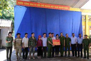 Học viện Cảnh sát Nhân dân trao quà cho học sinh vùng lũ