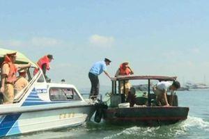 Đốt thuyền bán rong ở Hạ Long: Tài sản của dân sao lại đốt?