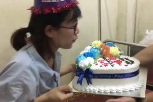 Xúc động clip chồng tổ chức sinh nhật cho vợ vừa sinh ngay trong bệnh viện