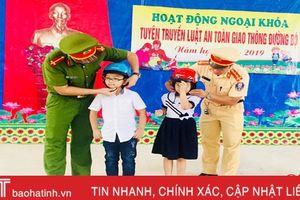 Trao hơn 1.000 mũ bảo hiểm, xe đạp cho học sinh Hà Tĩnh