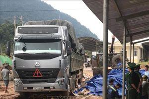 Phát hiện khối lượng lớn gỗ lậu từ Lào về Việt Nam giấu tinh vi trong hàng phế liệu