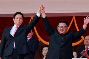 Kim Jong Un nắm chặt, giơ tay cao cùng ông Lật Chiến Thư