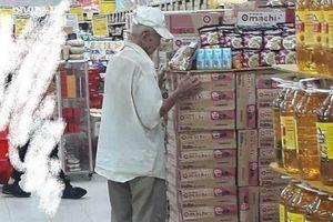 Xót xa hình ảnh cụ ông tóc bạc trắng cứ 20h là tới siêu thị mua cơm thanh lý 10.000 đồng