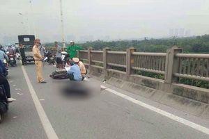 Đang đi xe máy, người đàn ông bất ngờ đâm vào thành cầu Vĩnh Tuy tử vong