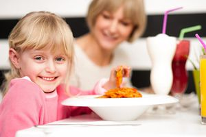 Bố mẹ làm được 4 điều này, trẻ biếng ăn sẽ thích ăn tối cùng gia đình
