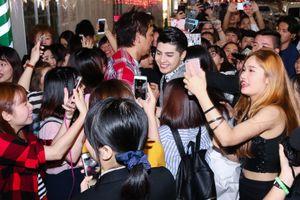 Noo Phước Thịnh bị fan cuồng nhiệt vây kín sau show diễn tại Nhật Bản