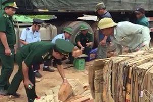 Bắt giữ xe chở gỗ lậu qua cửa khẩu quốc tế La Lay