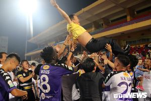 CLB Hà Nội vô địch sớm, bầu Hiển xúc động ôm cả đội mừng chiến thắng